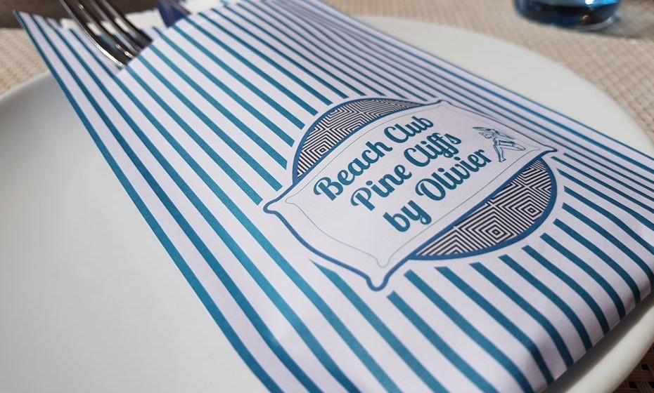 O restaurante Beach Club Pine Cliff by Olivier está localizado na praia.