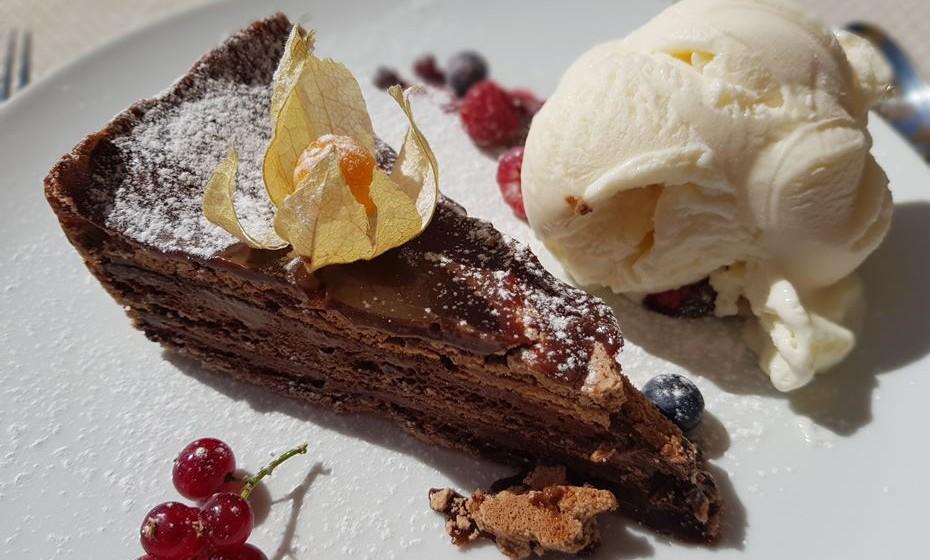 O 'Melhor Bolo de Chocolate do Mundo' é servido com gelado.