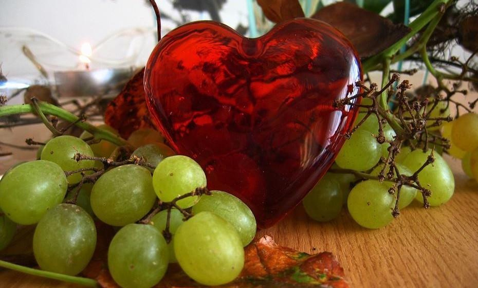 Protege contra doenças cardíacas. Os níveis de óxido nítrico no sangue aumentam aquando do consumo de uvas. Como resultado, confere proteção contra coágulos sanguíneos, ataques cardíacos e melhor a saúde cardíaca. Ao mesmo tempo, os antioxidantes, especialmente os flavonóides, contribuem para a redução do LDL (colesterol ruim) no sangue, bem como para a eliminação de radicais livres prejudiciais.