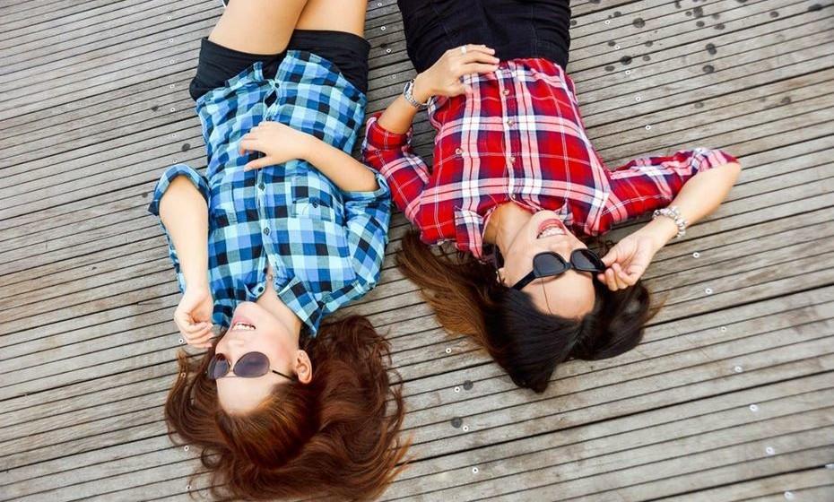 3 –RELAÇÃO SAUDÁVEL: fazem coisas com a família e amigos e têm atividades independentes um do outro. RELAÇÃO PREJUDICIAL: um dos elementos tem de justificar o que faz, onde vai e com quem está.
