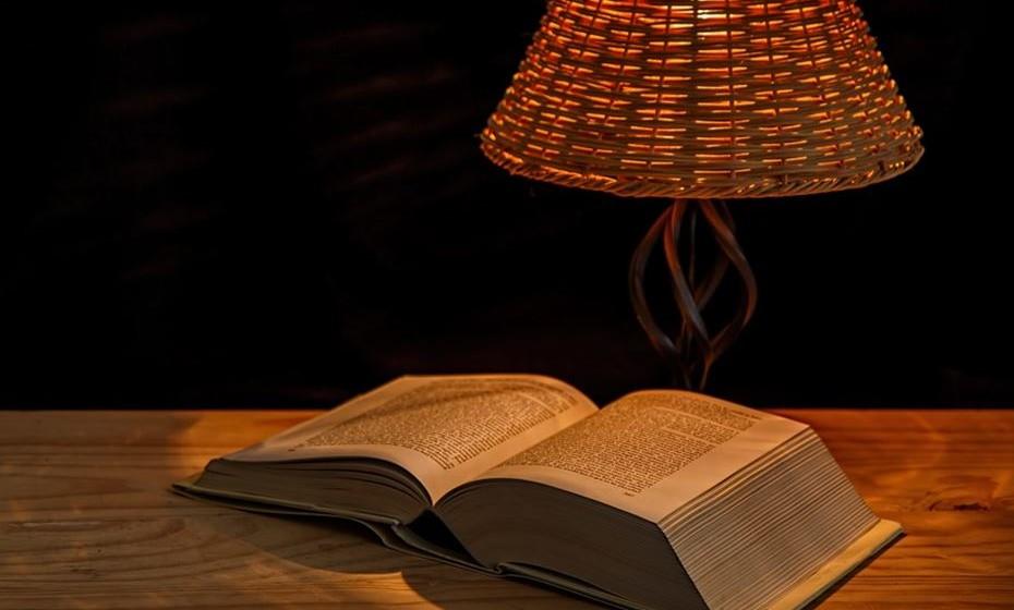 Desenvolva uma rotina para dormir. Tire um tempo para relaxar antes de dormir todas as noites. Algumas pessoas leem um livro, ouvem música suave ou mergulham num banho quente.