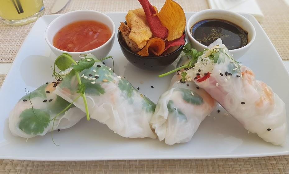 Restaurante Zest - crepes de arroz com camarão tigre fervido e refrescado.