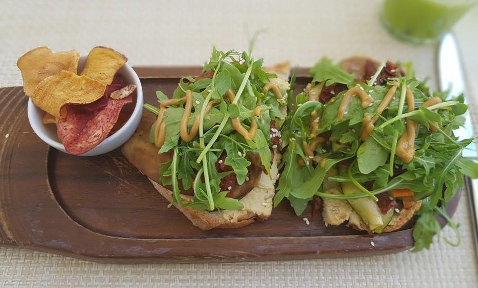 O Zest's Hummus é feito em pão caseiro, tomate seco e juliana de legumes grelhados