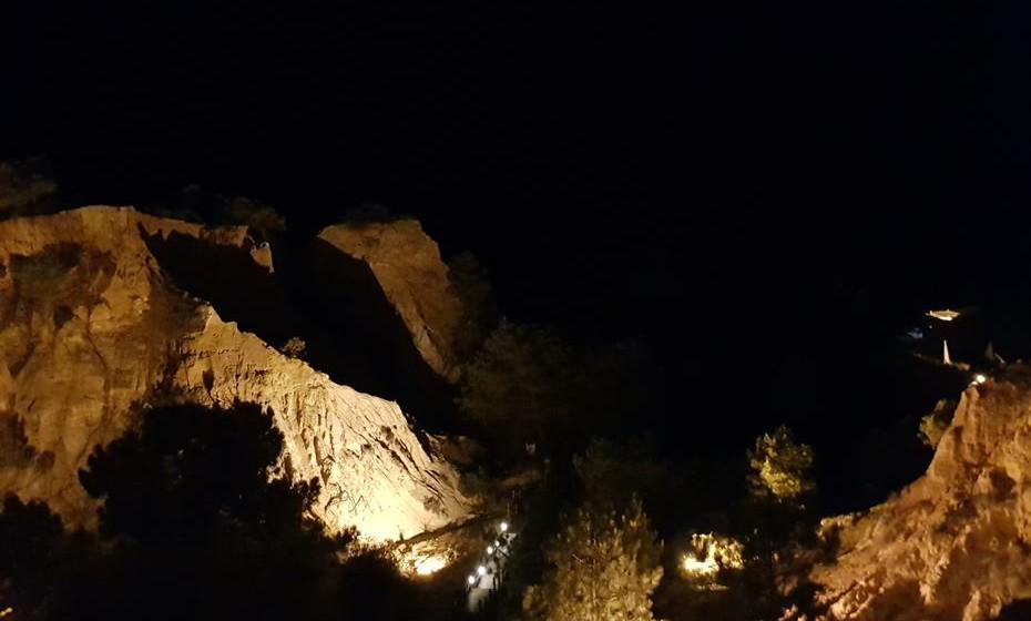 Vista à noite sobre a Praia da Falésia.
