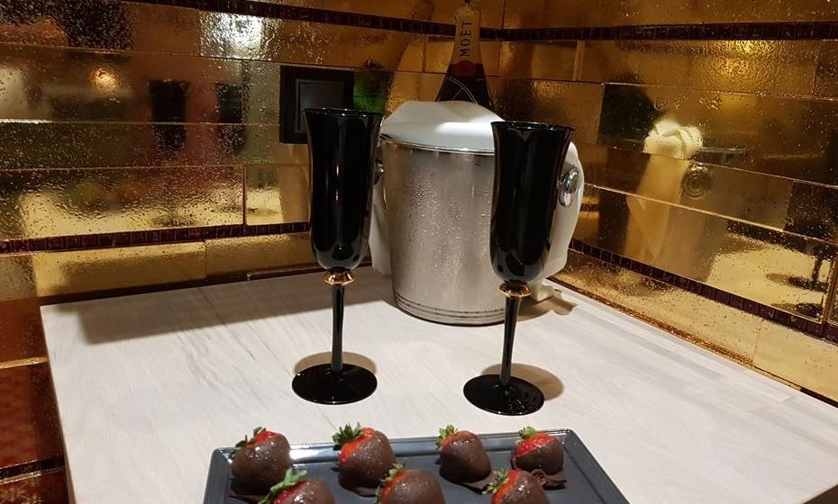 Quem reservar esta suite tem direito a champanhe e morangos com chocolate.