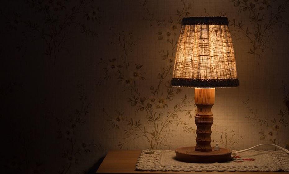 Baixe a luz à noite e enquanto se prepara para ir dormir.