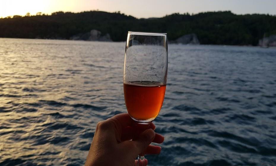 Com se consegue produzir vinho doce, como o moscatel ou o vinho do Porto, por exemplo? Os Moscatel de Setúbal e os Porto são vinhos que mantêm uma doçura original das uvas que os produzem por paragem da fermentação com aguardente vínica.