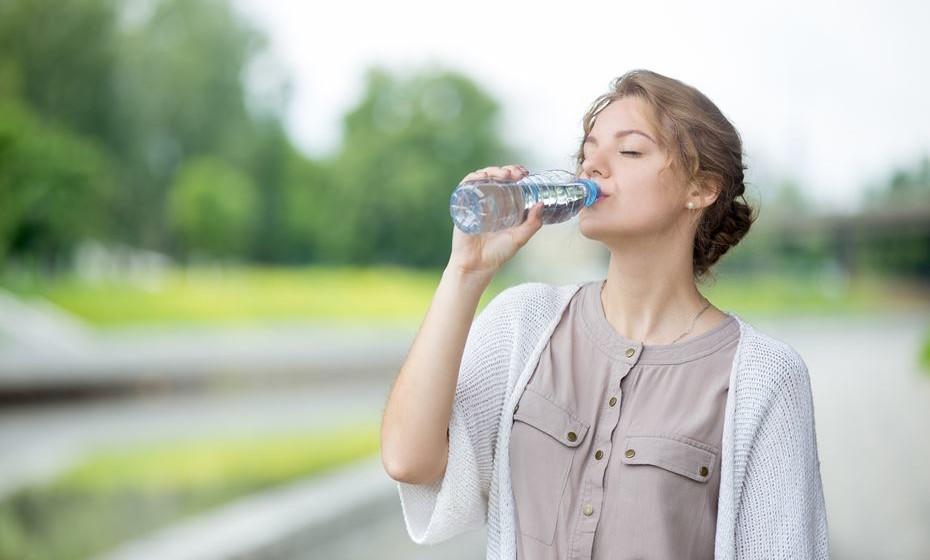 Beba águas detox ou funcionais - Associar um sabor e funcionalidades à sua água pode ser uma forma de beber água com muito mais prazer. Paus de canela, rodelas de limão, hortelã ou frutos vermelhos podem ser soluções interessantes que ajudam não só a hidratar, mas também a saciar, a combater os radicais livres e a melhorar a digestão.