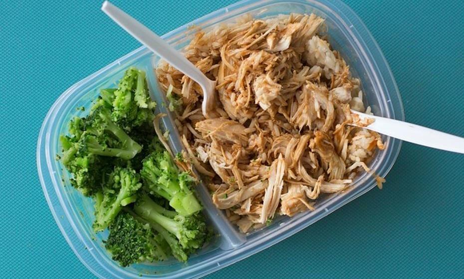 Planeie as refeições, se possível. Organize o dia de forma a distribuir todos os alimentos de que necessita pelas várias refeições. Desta forma evita o consumo excessivo de alimentos de uma só vez ou de comer a designada junk food.