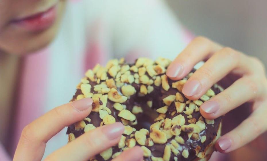 Evite o consumo excessivo de alimentos processados, de gorduras, açúcar, sal, carne e derivados, fritos, alimentos e bebidas ricas em açúcar.