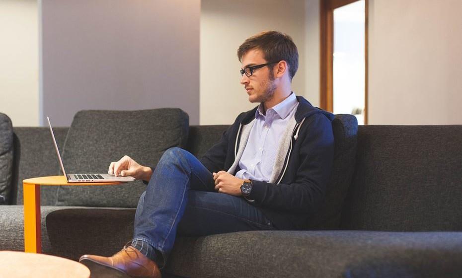 Não cruzar as pernas - Estar sentado com as pernas cruzadas dificulta a circulação e sobrecarrega os músculos ao redor da pélvis.