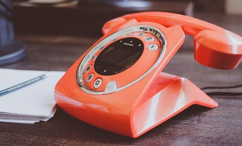 Atenção ao telefone: Se passa muitas horas ao telefone, não o apoie no pescoço e ombros. Evite fazer multi-tasking em chamadas telefónicas e utilize um auricular para qualquer conversa que dure mais do que cinco minutos.