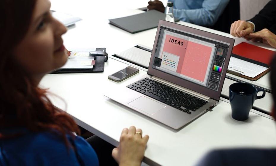 Cabeça para cima: Procure manter a cabeça e o pescoço alinhados. O ecrã do computador deve estar ao nível dos olhos e o mesmo se aplica a tablets ou ecrãs de telefone. É aconselhável, também, que mantenha uma distância de 40 a 70 cm do seu monitor e que o rato e o teclado estejam colocados lado a lado.
