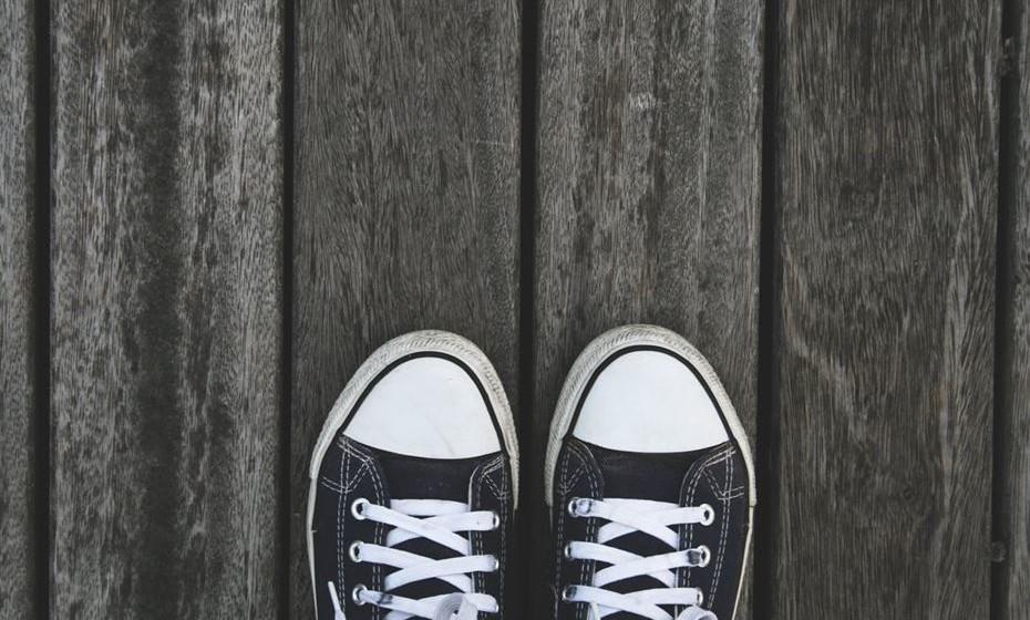 Pés no chão: Posicione os seus joelhos num ângulo de 90ºC e mantenha os pés apoiados e planos no chão e afastados à medida da largura dos ombros de forma a evitar tensão nas articulações.