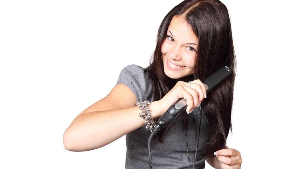 Alisar o cabelo com chapa provoca estragos? Sim, pelas altas temperaturas atingidas.