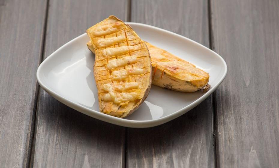 Batata-doce: Apesar do consumo da batata-doce não estar ainda fortemente enraizado na nossa cozinha, esta é uma opção muito saudável. É fonte de potássio e cálcio, importantes na saúde dos ossos e da musculatura. É ainda diurética. Introduza-a em puré ou em legumes assados. Também fica sempre bem na sopa.