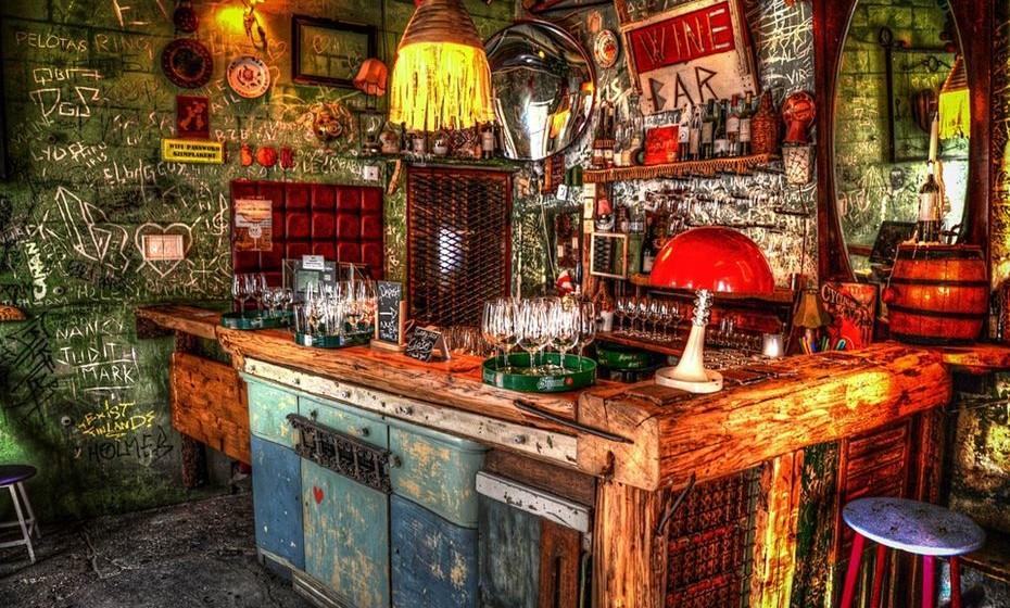 """A parte melhor de visitar Budapeste no inverno, é saber que a cidade possui o maior sistema de água termal do mundo. À noite, viaje até ao sétimo distrito e jante ou beba um copo num dos """"ruin pubs"""". Estes bares e restaurantes foram concebidos em antigas ruínas, daí o nome. São uma das zonas mais ecléticas e 'in' da cidade."""