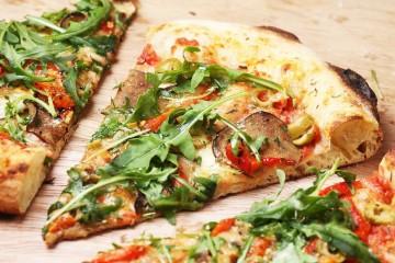 Há os alimentos claramente saudáveis e os claramente prejudiciais à saúde. E depois há aqueles que oscilam entre os pratos da balança. A pizza é um deles, mas não só. Descubra como pode ter o melhor dos dois mundos - sabor e saudável - sem pôr a sua saúde e dieta em risco.