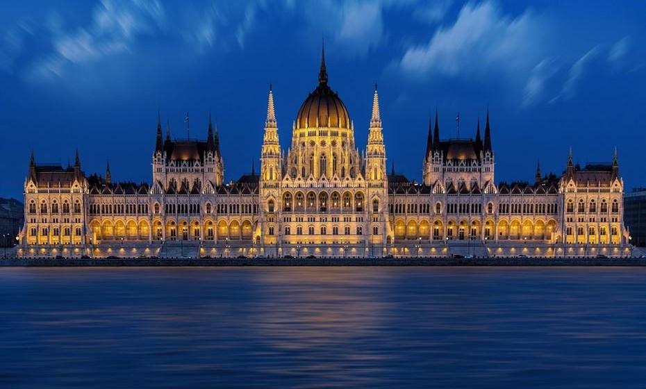 Budapeste, Hungria: Se pensou numa escapadela romântica, considere a capital húngara como destino. Imagine-se a patinar num dos maiores ringues da Europa, no parque central da cidade, de mãos dadas e a respirar o ar frio de inverno. Depois faça um passeio de barco pelo rio Danúbio, que é património mundial e o segundo rio maior rio da Europa. Visite ainda o Castelo de Buda, a Avenida Andrássy, a Praça dos Heróis e o metro da cidade, o segundo mais antigo do mundo.