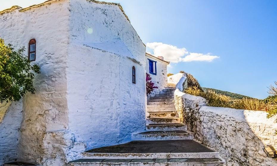 A partir de Atenas pode viajar para algumas ilhas mas, uma vez que é estação baixa, informe-se com os locais sobre o melhor destino, pois muitos alojamentos fecham portas durante o inverno. Ainda assim, não perca a oportunidade de o fazer.