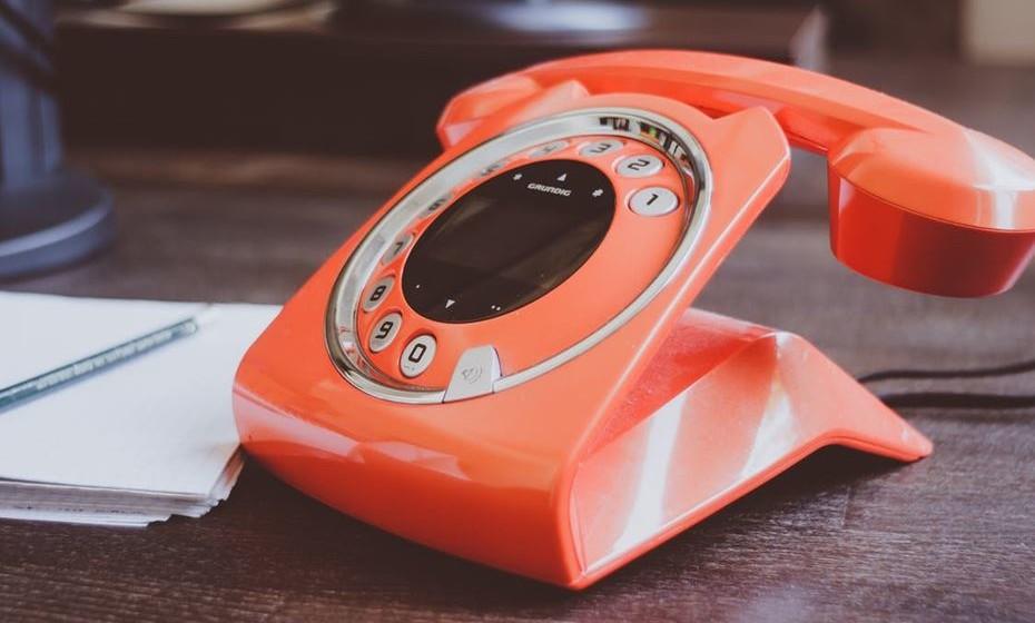 Controle o volume: Os espaços de trabalho abertos são cada vez mais comuns nas empresas. Isso cria um problema de ruído pois, por vezes, são centenas de pessoas a falar no mesmo espaço. Certifique-se de que mantém o tom de voz baixo quando fala com alguém ou mesmo ao telefone. No caso de ter de fazer uma chamada que prevê mais barulhenta ou de estar a ter uma conversa demorada, prefira uma sala fechada ou mesmo sair do espaço de trabalho.