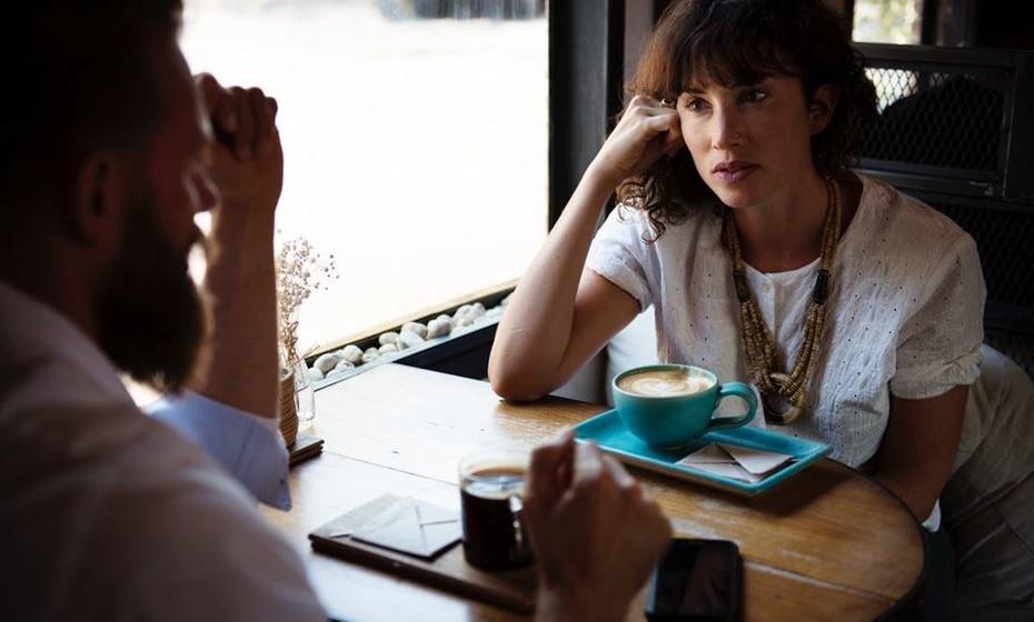 Primeiro, demonstre interesse na conversa do seu colega, deixe-o partilhar alguma informação sobre ele próprio. As pessoas adoram falar delas mesmas.