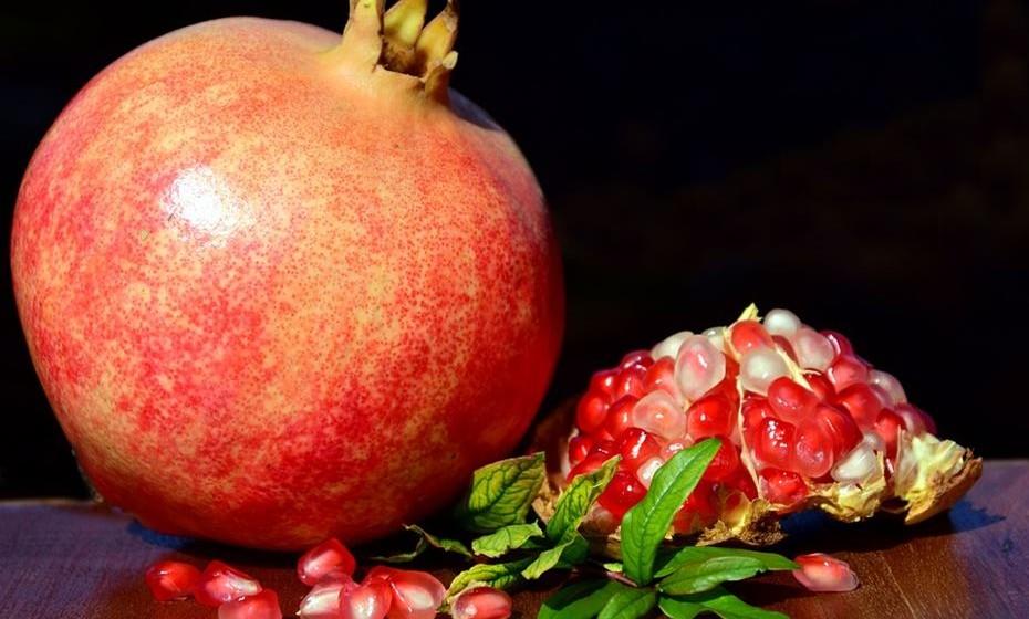 Romã: Este fruto é rico em vitamina C, carotenos, taninos  e ajuda a limpar o organismo e a prevenir a obstipação. Como qualquer fruto vermelho, é rico em antioxidadesntes. O melhor de tudo é que é muito baixa em calorias.