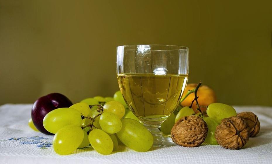 Uvas: Não podíamos deixar de mencionar as uvas nesta lista, o fruto que assinala a chegada do outono. Tem glucose, frutose e sacarose, vitamina B, ácido fólico e antioxidantes. As uvas ajudam a limpar o organismo e a pele, não sendo por acaso que muitos produtos de beleza têm extrato de uva.