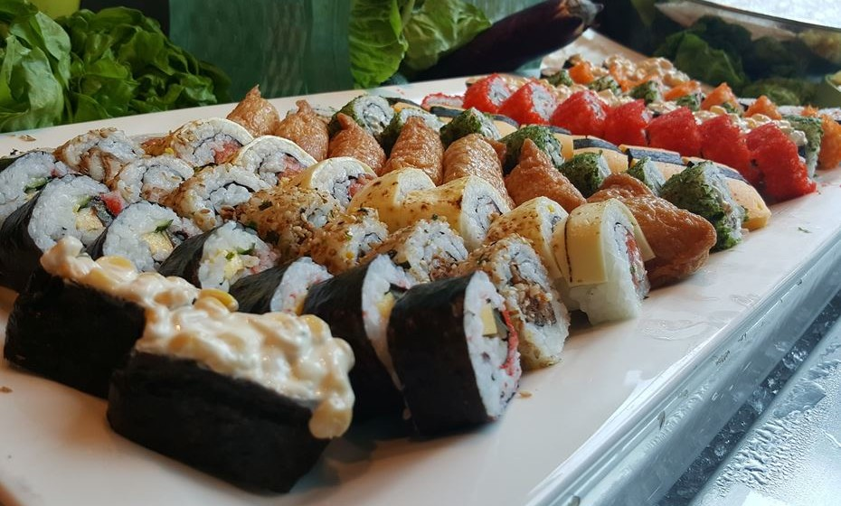 O sushi, por exemplo, pode ser saudável, uma vez que o peixe tem propriedades muito benéficas para a saúde. No entanto, as peças que são fritas não são nada boas para a dieta nem para a saúde.