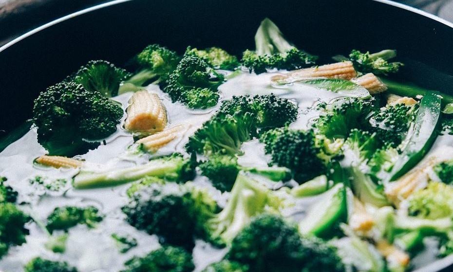 Brócolos: Um dos legumes que deve consumir com muita frequência. Contém uma grande quantidade de vitaminas C e A, ácido fólico, potássio e selénio. Também é fonte de fósforo, ferro, cálcio e fibras. Os teores de cálcio são próximos ao do espinafre, com a vantagem de serem mais fáceis de digerir.