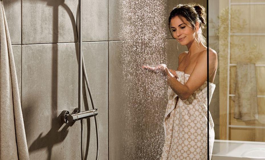 Tomar banho é, para muitos, o momento mais relaxante do dia. Mas é também um hábito que levanta muitas questões. Perguntas sobre o consumo excessivo de água no duche ou no banho são comuns. E também existem muitas crenças erróneas que acabam por ser criadas. Ora veja.