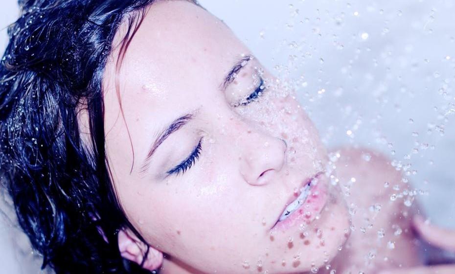 Mito 1: Terminar o duche com água gelada reafirma a pele. Do ponto de vista dermatológico, a água fria não tem qualquer efeito. No entanto, em termos de circulação sanguínea, a repentina mudança para água fria favorece a circulação e pode ser benéfico para a prevenção de patologias como varizes e celulite. Adicionalmente, a água fria fecha a fibra do cabelo, produzindo um maior brilho.