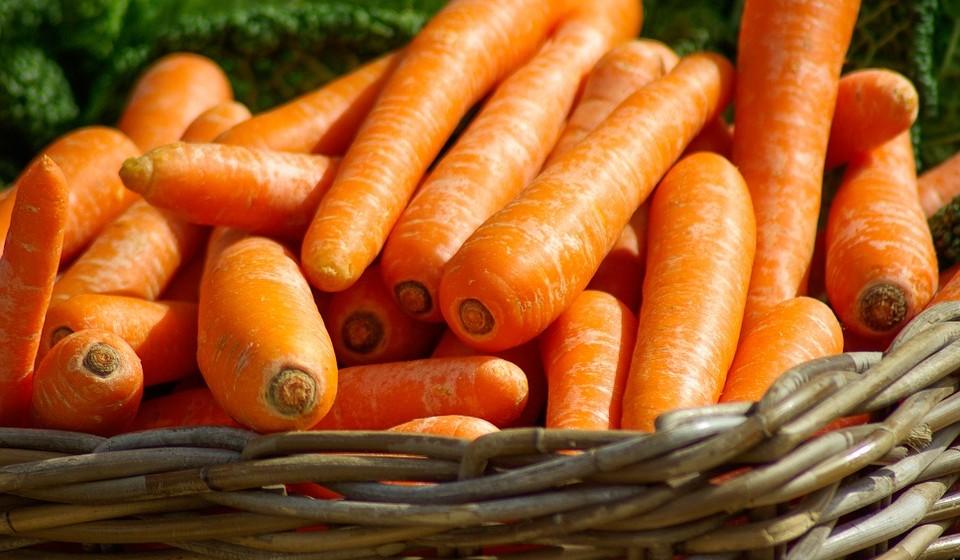 Cenouras – boas para os olhos, ajudma tambéma amebelezar a sua pele. As cenouras são uma das melhores fontes dietéticas de betacaroteno - um nutriente que é conhecido por ajudar a proteger a pele contra os danos dos radicais livres causados pela exposição ao sol. As cenouras também contêm vitamina C e uma grande quantidade de outros nutrientes. Ao comprar estes deliciosos vegetais, é aconselhável optar por produtos cultivados de forma biológica sempre que possível.