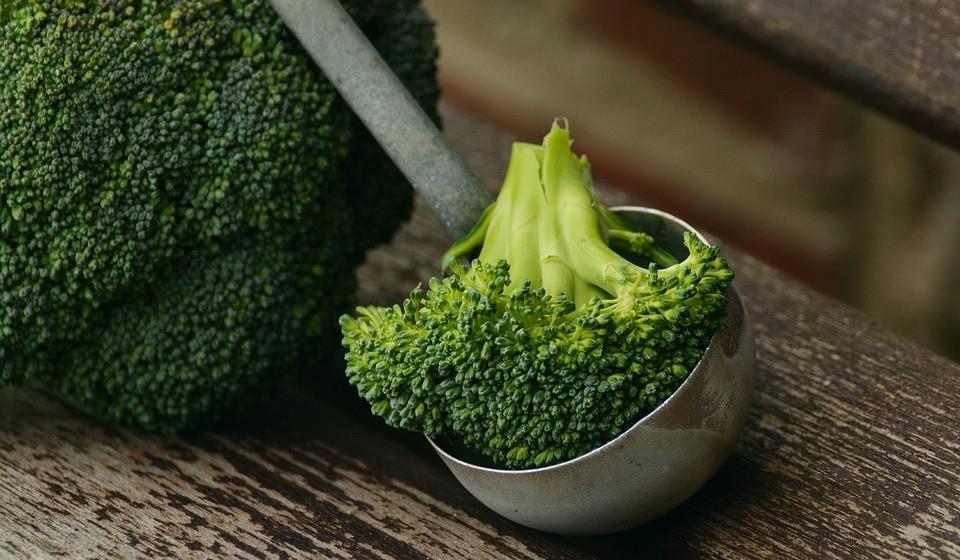 Brócolos - comer mais brócolos é uma ótima maneira de dar um impulso à sua saúde e reduzir as rugas ao mesmo tempo. São uma boa fonte de betacaroteno, vitamina C e coenzima Q10 - todos eles nutrientes antirrugas vitais. Se o seu aparelho digestivo permitir, coma os brócolos crus ou levemente cozidos no vapor. Isso ajudará o vegetal a manter o seu conteúdo de vitamina C e coenzima Q10.
