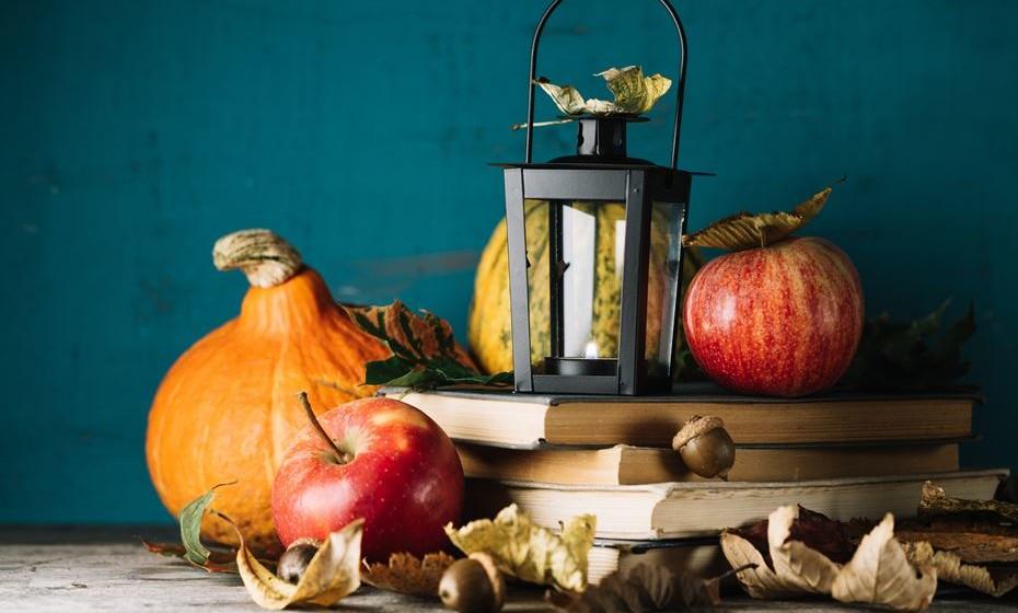 Utilize frutas e legumes da época. As abóboras, por exemplo, são um elemento decorativo muito versátil: pode colocar junto à lareira ou  alinhadas no peitoril de uma janela. Pode pintá-las e decorá-las, ou ainda secar uma abóbora e utilizá-la como castiçal. Faça uma coroa para pendurar na porta de entrada usando folhas secas de várias cores ou pintadas de dourado com spray; ramos de árvore, bagos, abóboras miniaturas, pinhas, bolotas, castanhas ou nozes.