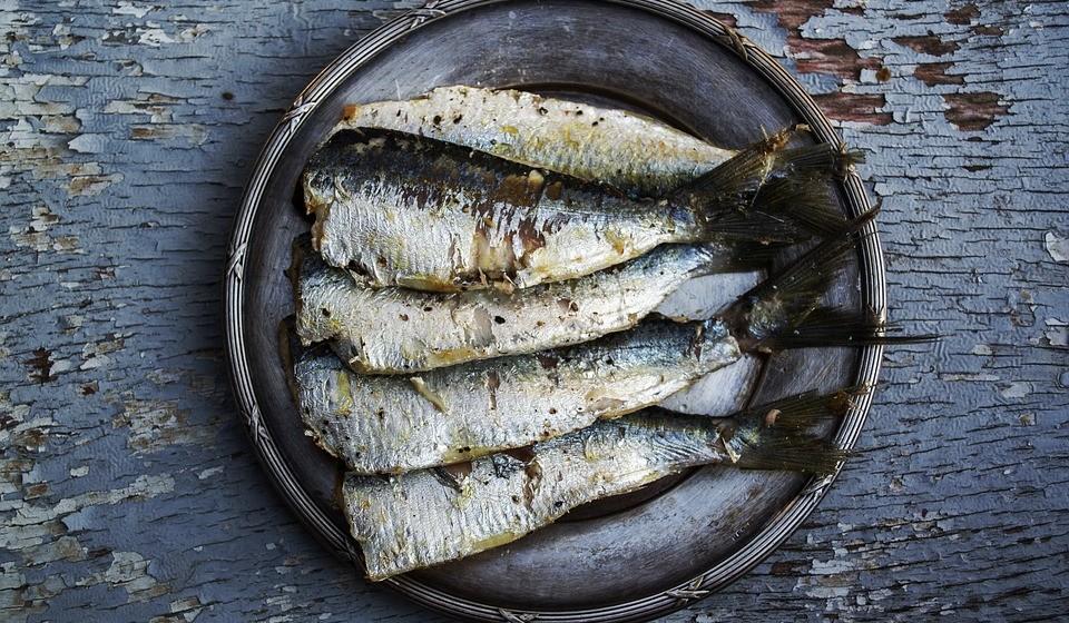 Peixes ricos em ómega 3 – tipicamente, o salmão, a sardinha e a cavala. O ómega-3 hidrata a pele e protege-a dos danos causados pelos UV e, portanto, previne o envelhecimento prematuro e as rugas. No caso do salmão, este contém outro nutriente antirrugas interessante: astaxantina. A astaxantina, um carotenoide que dá ao salmão a sua cor rosa, é um poderoso antioxidante que demonstrou reduzir os radicais livres criados pela pele exposta aos raios ultravioleta. Contudo, opte pela versão selvagem.
