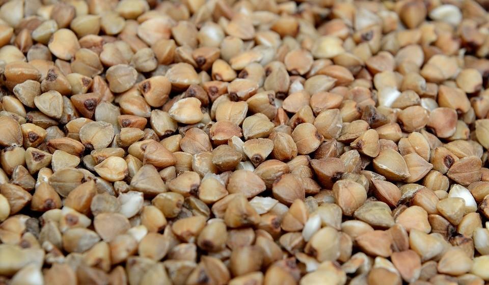 Trigo sarraceno -  é uma excelente fonte de rutina, um bioflavonoide que ajuda o corpo a utilizar a vitamina C. A rutina também ajuda a manter os níveis de colagénio na pele, mantendo a pele elástica e firme. Além disso, os grãos de trigo sarraceno estão carregados de proteínas com os oito aminoácidos essenciais e necessários para a reparação da pele.
