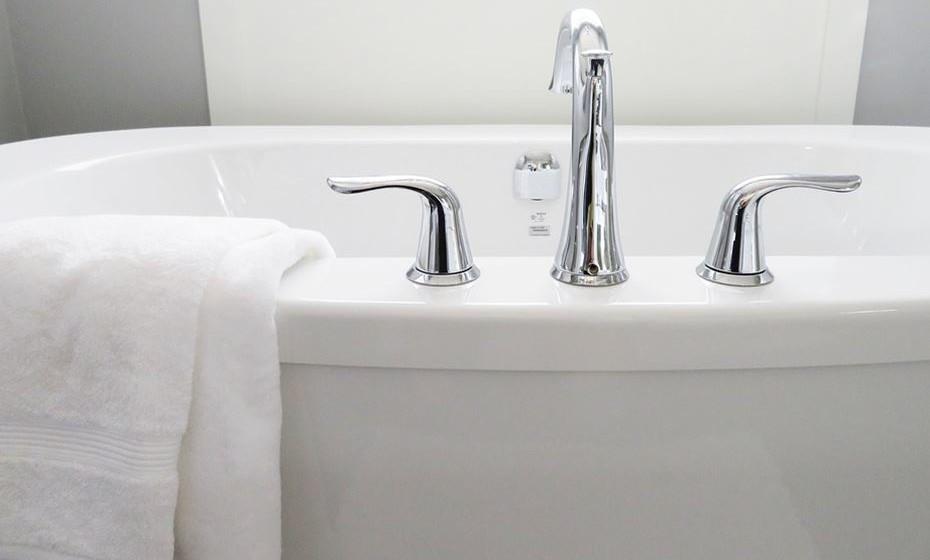 Mito 5: Tomar um duche gasta a mesma quantidade de água que um banho de imersão. Mito. Tudo depende do tempo que se demora a tomar banho e da forma como o faz, o que faz com que o duche nem sempre possa ser a opção mais económica. Claro que será sempre mais económico optar por duches rápidos em vez de um banho de imersão, pois num duche de cinco minutos gasta-se apenas um terço da água que se gastaria num banho de imersão. (Fonte: hansgrohe)