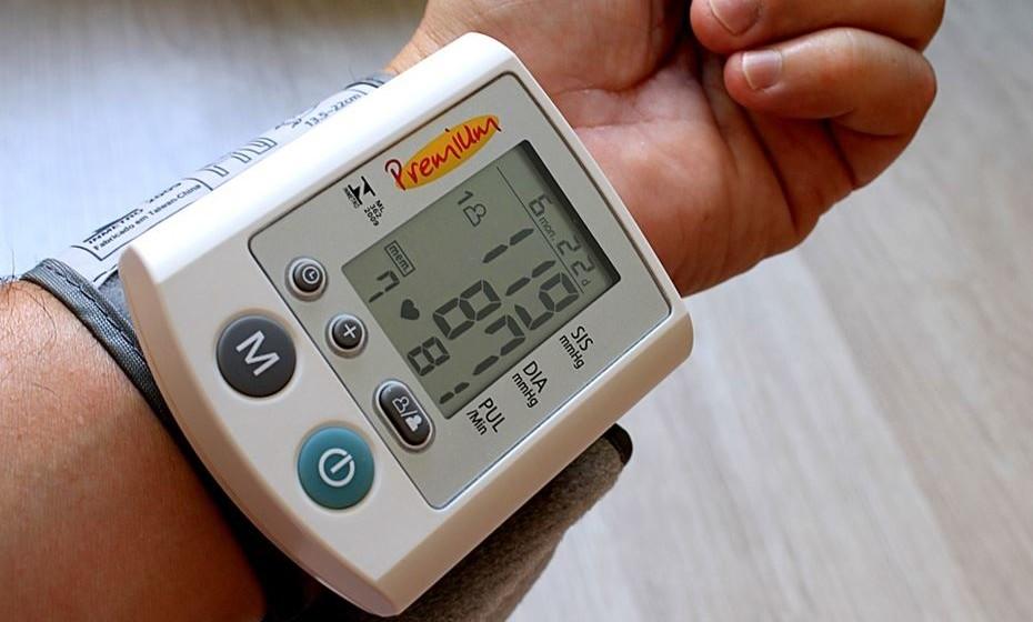 Pode diminuir a pressão arterial. Os médicos geralmente recomendam aos pacientes com pressão alta reduzir a ingestão de sal. No entanto, evidências recentes sugerem que o aumento do consumo de potássio é tão importante como reduzir o sal para baixar a pressão arterial. O repolho é uma excelente fonte de potássio, oferecendo 12% da DDR por 180 gramas.