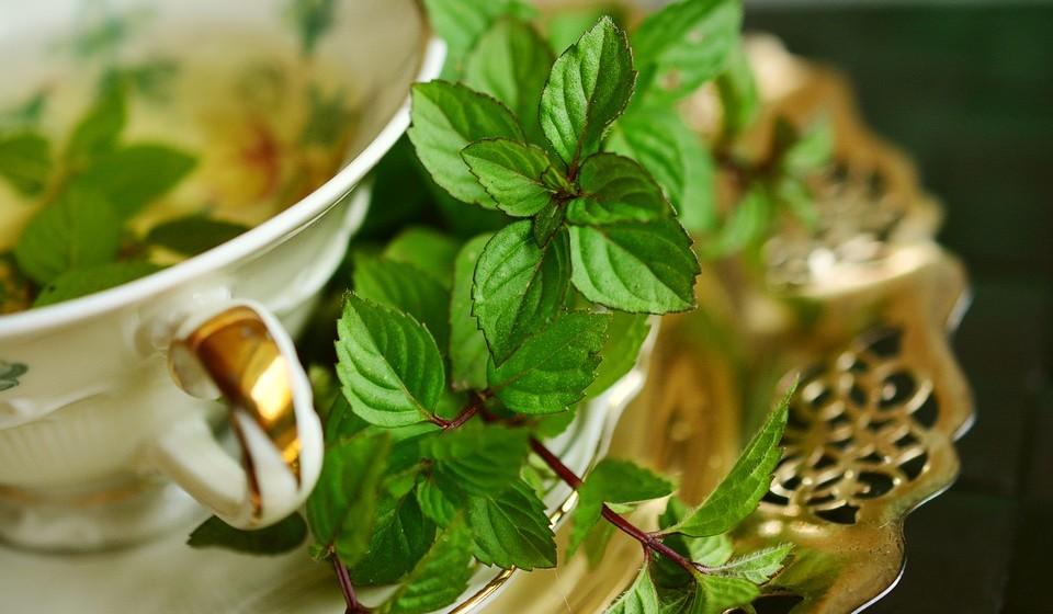 Chá verde - O consumo regular de chá verde demonstrou ser muito eficaz na prevenção das rugas. Os efeitos benéficos do chá verde na pele estão ligados à grande quantidade de catequinas que este contém. As catequinas são compostos com propriedades antioxidantes. Para maximizar a liberação de catequinas, escolha folhas de chá soltas em vez de saquetas de chá.