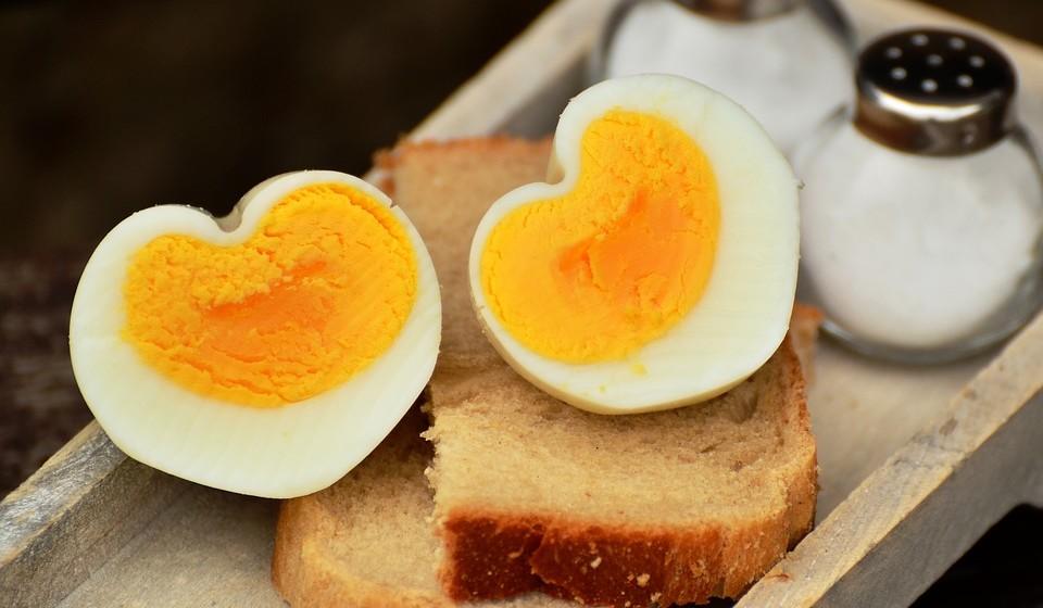 Ovos – de todos os alimentos ricos em proteínas, os ovos estão entre as melhores fontes de proteína para pessoas preocupadas com as rugas. Os ovos são uma fonte particularmente boa dos três grandes aminoácidos antirrugas, isto é, glicina, prolina e lisina. Esses aminoácidos são essenciais para a produção de colagénio e elastina que proporcionam à pele a sua textura e a capacidade de esticar. À medida que envelhecemos, a nossa produção de colagénio e elastina diminui rapidamente, traduzindo-se em rugas e linhas finas na pele. Os ovos também fornecem vitamina A, vitamina E e selénio. Eles também contêm ferro que ajuda os aminoácidos a formar o colagénio.