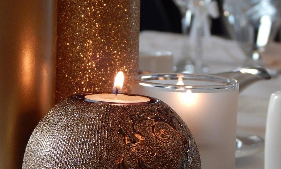 Velas, velas, velas. Nada ajuda a criar um ambiente aconchegante e convidativo como a luz de velas. Espalhe-as pela casa. Escolha velas grandes e junte-as em grupos de duas ou três. Coloque uma vela grande no meio de um recipiente de vidro ou de uma taça de madeira, enchendo-a com maçãs verdes ou vermelhas. É um centro de mesa outonal perfeito. No outono escolha velas aromáticas como baunilha, especiarias, maçã e canela ou pinheiro.