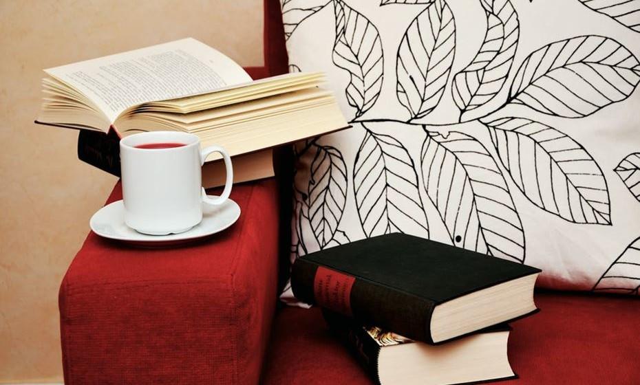 Observe as divisões da sua casa e perceba de que forma pode criar recantos aconchegantes. Por vezes basta colocar um tapete aos pés de um sofá ou juntar mais os móveis em torno de uma mesa ou lareira, ou colocar almofadas ou um suporte de velas.