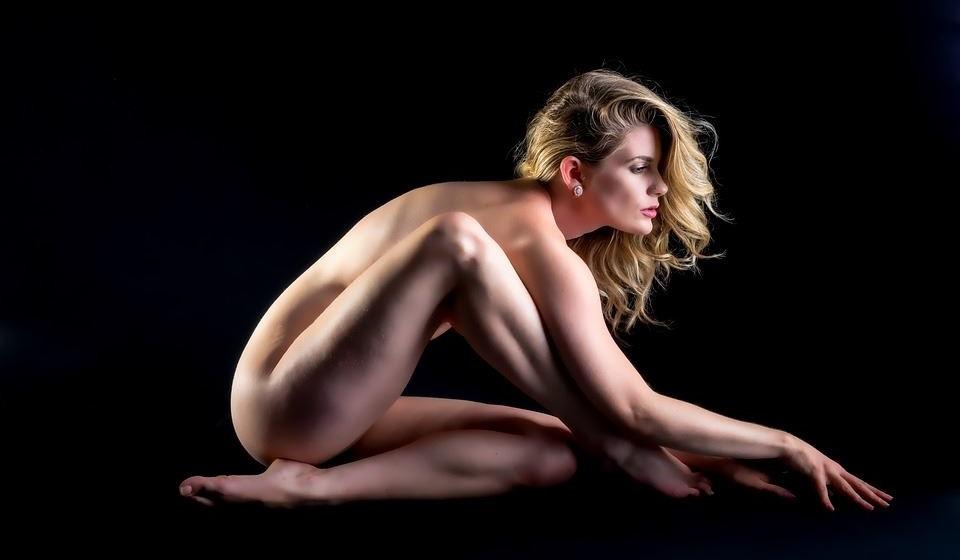 Orgasmo por estimulação de zonas aleatórias - As não sexuais do corpo, como as coxas internas, a nuca ou a clavícula, podem desencadear orgasmos simplesmente pela sua estimulação.