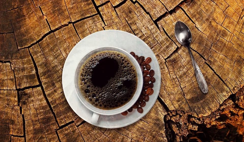 Café e chá: não pode beber. A cafeína é prejudicial aos cães, pois estimula o sistema nervoso do cão, o que pode levar a uma série de sintomas, incluindo hiperatividade, vómitos, diarreia, frequência cardíaca elevada, convulsões e tremores.