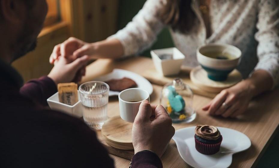 17.Sentar-se na diagonal à mesa ou com os joelhos voltados para o lado inverso do outro, não falar à mesa, afastar e evitar contacto físico ou não esperar pelo outro elemento do casal para comer a sobremesa é sinal que quebra de sintonia e intimidade.