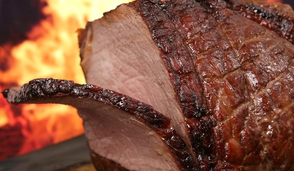 Carne de porco: pode comer. Desde que cozinhada sem especiarias, condimentos ou molhos é segura para os cães comerem. Mas nunca lhe dê carne de porco crua ou mal cozida para evitar uma infeção bacteriana. Além disso, formas processadas de carne de porco, como presunto e bacon, nunca devem ser dadas aos cães.