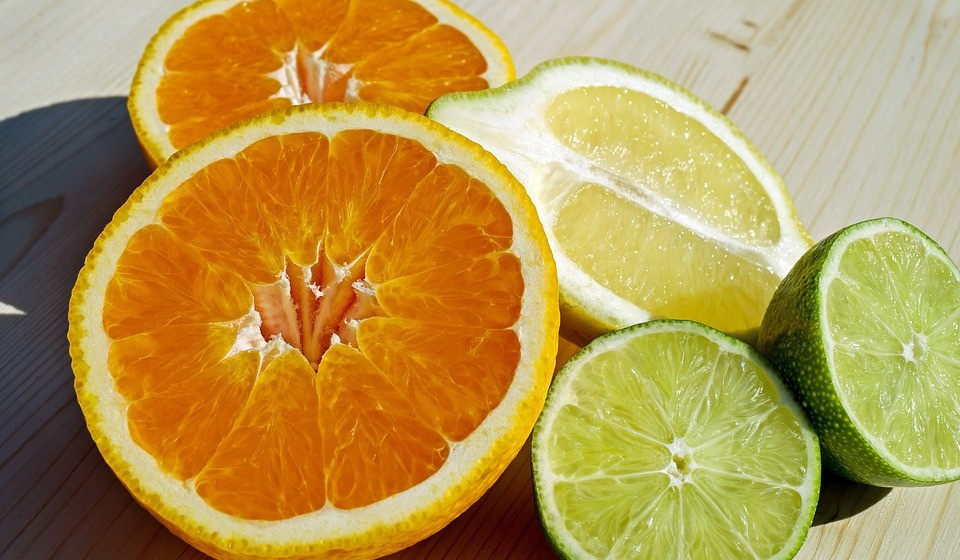Vitamina C: frutas cítricas (laranja, limão, lima, tangerina, clementina, …), morango, kiwi, caju, acerola, e vegetais verde escuros (couves diversas, brócolos, agrião, salsa, etc).