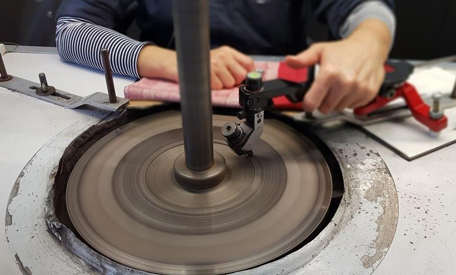 O disco de ferro fundido roda a 3200 rpm e está impregnado de pó de diamante e óleo.