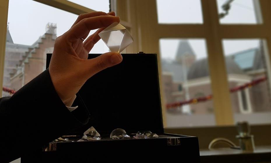 Cada diamante é trabalhado faceta a faceta.
